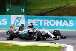 Le vainqueur Nico Rosberg, Mercedes AMG F1 W06 fête sa victoire à la fin de la course