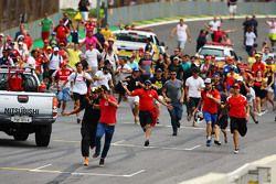 Les fans envahissent le circuit après la course