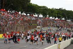 Фанаты выходят на трассу после окончания гонки