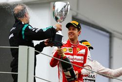 Sebastian Vettel, Ferrari fête sa troisième place avec Jimmy Waddell, Inspecteur Composites Mercedes AMG F1 sur le podium