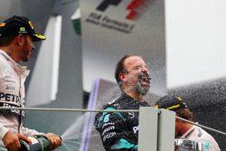 Lewis Hamilton, Mercedes AMG F1 fête sa deuxième place avec Jimmy Waddell, Inspecteur Composites Mercedes AMG F1 sur le podium