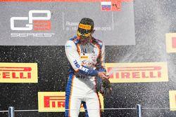 Le vainqueur de la Course 1, Luca Ghiotto, Trident
