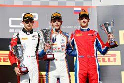 Podium de la Course 1 : le deuxième, Esteban Ocon, ART Grand Prix, le vainqueur Luca Ghiotto, Trident et le troisième, Emil Bernstorff, Arden International