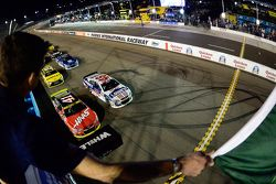 Start: Kurt Busch, Stewart-Haas Racing Chevrolet jumps polesitter Jimmie Johnson, Hendrick Motorspor