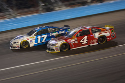 Kevin Harvick, Stewart-Haas Racing Chevrolet et Ricky Stenhouse Jr., Roush Fenway Racing Ford