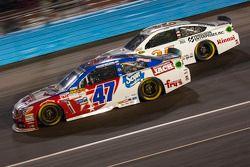 A.J. Allmendinger, JTG Daugherty Racing Chevrolet et Cole Whitt, Front Row Motorsports Ford