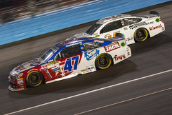 A.J. Allmendinger, JTG Daugherty Racing Chevrolet et Cole Whitt, Front Row Motorsports Ford
