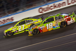 Kyle Busch, Joe Gibbs Racing Toyota et Paul Menard, Richard Childress Racing Chevrolet