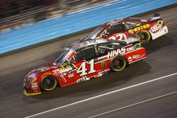 Kurt Busch, Stewart-Haas Racing Chevrolet et Jeb Burton, BK Racing Toyota