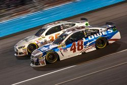 Jimmie Johnson, Hendrick Motorsports Chevrolet y Cole Whitt, Front Row Motorsports Ford