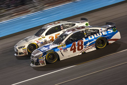 Jimmie Johnson, Hendrick Motorsports Chevrolet et Cole Whitt, Front Row Motorsports Ford