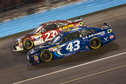 Aric Almirola, Richard Petty Motorsports Ford et Jeb Burton, BK Racing Toyota