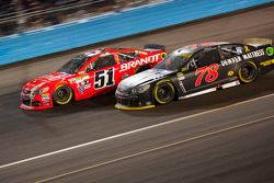 Martin Truex Jr., Furniture Row Racing Chevrolet y Justin Allgaier, Hscott Motorsports Chevrolet