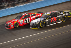Martin Truex Jr., Furniture Row Racing Chevrolet et Justin Allgaier, Hscott Motorsports Chevrolet
