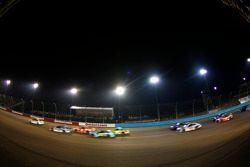Dale Earnhardt Jr., Hendrick Motorsports Chevrolet lidera a Kevin Harvick, Stewart-Haas Racing Chevrolet antes de una bandera roja por la lluvia