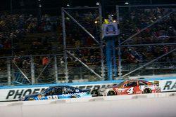 Dale Earnhardt Jr., Hendrick Motorsports Chevrolet lidera a Kevin Harvick, Stewart-Haas Racing Chevr