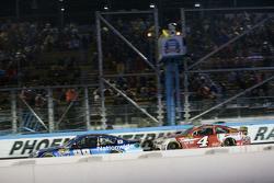 Dale Earnhardt Jr., Hendrick Motorsports Chevrolet devant Kevin Harvick, Stewart-Haas Racing Chevrolet alors que le drapeau rouge est de sortie à cause de la pluie