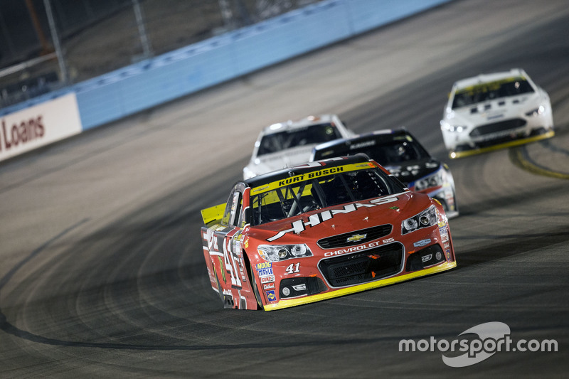 Kurt Busch, Stewart-Haas Racing Chevrolet; Jimmie Johnson, Hendrick Motorsports Chevrolet