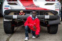 Samba, ragazzo Senegalese grazie a Mécénat Chirurgie Cardiaque,con la Peugeot 2008 DKR15+ di Romain