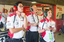 德利赛车队领队小叶德利非常紧张