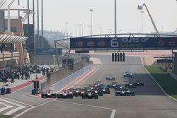 Start: Marvin Kirchhofer, ART Grand Prix, takes the memimpin ahead of Esteban Ocon, ART Grand Prix,