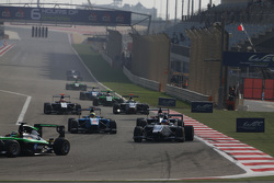 Матевос Исаакян, Koiranen GP едет впереди Пола Вархауга, Jenzer Motorsport и Антонио Фуоко, Carlin