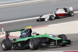 Алекс Фонтана, Status Grand Prix едет впереди Саида Ашканани, Campos Racing