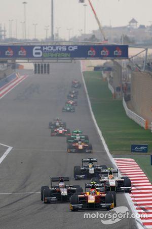 Александр Росси, Racing Engineering едет впереди Сергея Сироткина, Rapax и Рио Харьянто, Campos Raci