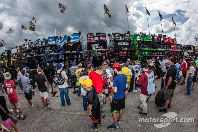 Fans wait for Jeff Gordon, Hendrick Motorsports Chevrolet