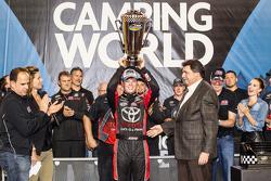 Erik Jones celebra su campeonato de la Camping World Truck Series de NASCAR.