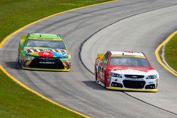 Kyle Busch, Joe Gibbs Racing Toyota et Kevin Harvick, Stewart-Haas Racing Chevrolet