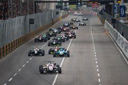 بداية السباق: فيليكس روزينكفيست، فريق بريما باورتيم في الصدارة