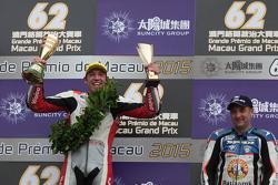 Podio: ganador Peter Hickman, y el tercerv lugar Michael Rutter