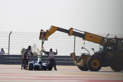 La voiture de Matheo Tuscher, Jenzer Motorsport est ramenée en dehors du circuit