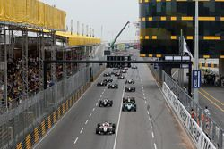Start: Felix Rosenqvist, Prema Powerteam Dallara Mercedes-Benz memimpin