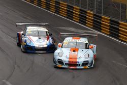Dylan Derdaele, Gulf Racing JP Porsche 997 GT3R et Vutthikorn Inthraphuvasak, Est Cola Racing Team Porsche 997 GT3R