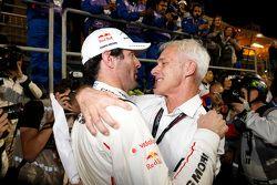 马克•韦伯(保时捷)与大众集团CEO马蒂亚特•穆勒庆祝赢得2015年WEC年度冠军