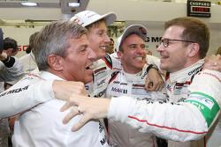 Timo Bernhard ve Brendon Hartley, 2015 şampiyonluğunu kutluyor