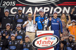 Championship victory lane: NASCAR XFINITY Series 2015 champion Кріс Бюшер, Roush Fenway Racing Ford celebratres