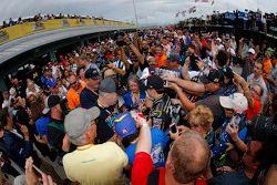 Jeff Gordon, Hendrick Motorsports Chevrolet signe des autographes lors de son dernier week-end