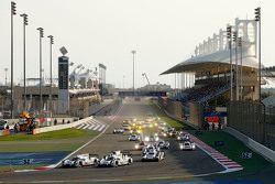 Start: #17 Porsche Team Porsche 919 Hybrid: Timo Bernhard, Mark Webber, Brendon Hartley en #18 Porsc