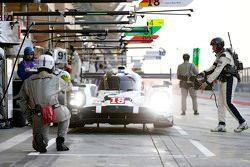 السيارة رقم 18 فريق بورشه 919 الهجينة: رومان دوما، نيل ياني، مارك لوب