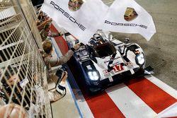 #17 Porsche Team, Porsche 919 Hybrid: Timo Bernhard, Mark Webber, Brendon Hartley, bei der Zieldurch