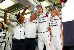 2015 şampiyonları Brendon Hartley, Timo Bernhard, Porsche Takımı