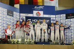Podio: i vincitori assoluti Romain Dumas, Neel Jani, Marc Lieb, Porsche Team, al secondo posto Marce