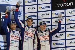 Podio: al terzo posto Alexander Wurz, Stéphane Sarrazin, Mike Conway, Toyota Racing