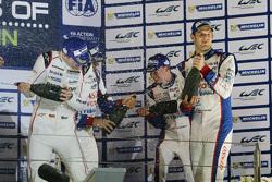 Podyum: Genel kazanan Romain Dumas, Neel Jani, Marc Lieb, Porsche Takımı, üçüncü Alexander Wurz, Sté