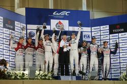 Podyum: Genel kazanan Romain Dumas, Neel Jani, Marc Lieb, Porsche Takımı, ikinci Marcel Fässler, And