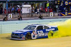 Campeón de NASCAR XFINITY series 2015 Chris Buescher, Roush Fenway Racing Ford celebra