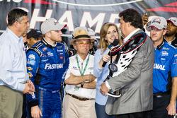 Championship victory lane: Campeón de NASCAR XFINITY serie 2015 Chris Buescher, Roush Fenway Racing Ford celebra con Jack Roush y Presidente de NASCAR Mike Helton